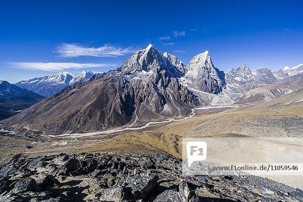 Ausblick auf Mt. Cholatse  6335 m  und Mt. Taboche  6367 m  Dingboche  Solo Khumbu  Nepal  Asien