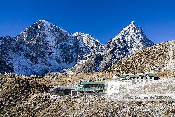 Ausblick auf das Dorf Dughla  die Berge rund um Cho La dahinter  Dughla  Solo Khumbu  Nepal  Asien
