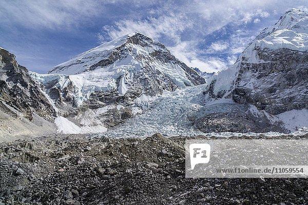 Ausblick über den Kumbhu-Gletscher in Richtung Kumbhu-Eisbruch  Mt. Khumbutse  6665 m  dahinter  Gorakshep  Solo Khumbu  Nepal  Asien