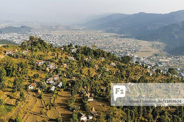 Luftbild  ein Dorf mit der Stadt Pokhara und Berge  Thumki  Kaski  Nepal  Asien