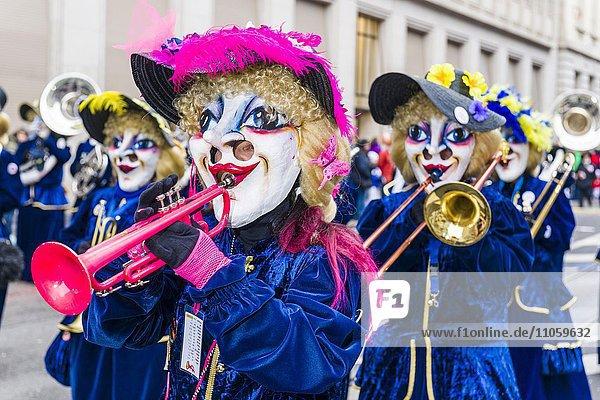 Guggenmusiker tragen Kostüme und Masken bei der großen Prozession der Basler Fasnacht  Basel  Schweiz  Europa