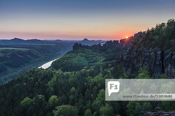 Landschaft mit Felsformationen  Wald  Sonnenuntergang  Fluss Elbe  Nationalpark Sächsische Schweiz  Bad Schandau  Sachsen  Deutschland  Europa