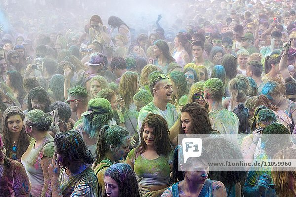 Menschenmenge  eingefärbt mit Farbpulver  farbenfroh  Holi Festival  Dresden  Sachsen  Deutschland  Europa