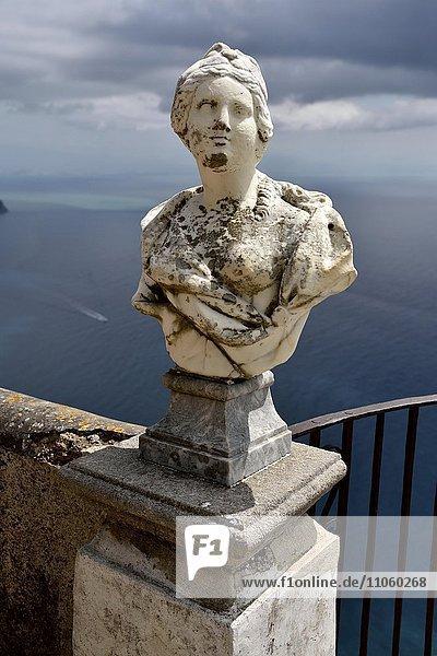 Marmorne Büste auf der Terrazza dell'Infinito der Villa Cimbrone  Ravello  Amalfiküste  Costiera Amalfitana  Provinz Salerno  Kampanien  Italien  Europa