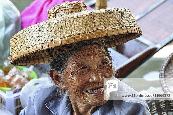 Alte Frau mit Hut  Portrait  Bangkok  Thailand  Asien