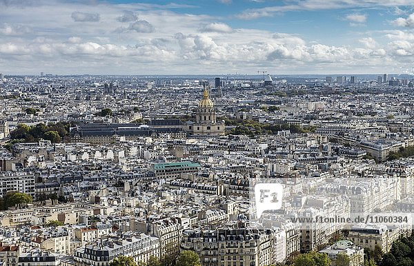 Sicht über die Stadt mit Invalidendom  Paris  Frankreich  Europa