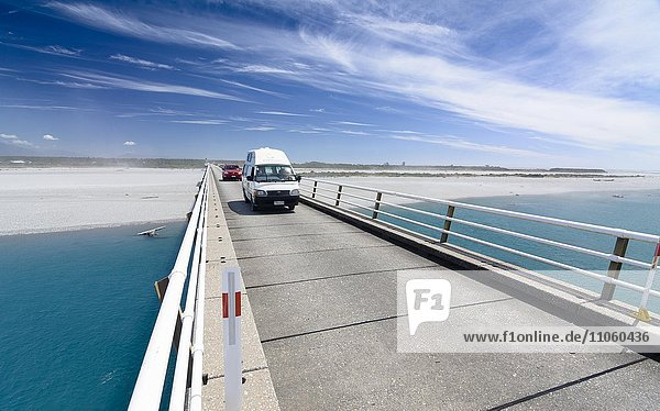 Wohnmobil fährt über Haast River Bridge,  längste einspurige Brücke Neuseelands,  Westcoast,  Südinsel,  Neuseeland,  Ozeanien
