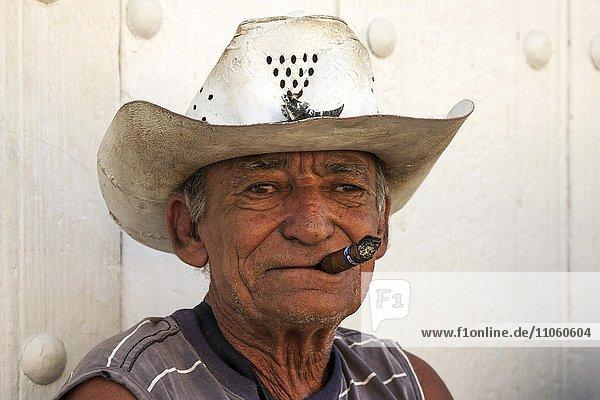 Alter kubanischer Mann mit Strohhut  raucht Zigarre  Trinidad  Kuba  Nordamerika