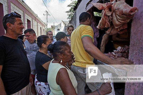 Einheimische an einem Verkaufsstand mit Fleisch auf der Straße  Baracoa  Provinz Guantanamo  Kuba  Nordamerika