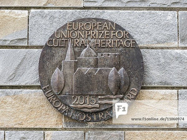 Bronzemedaillon an Steinmauer  Preis der Europäischen Union 2015 für kulturelle Leistungen und Denkmalpflege  Aquileia  Provinz Udine  Region Friaul-Julisch Venetien  Italien  Europa