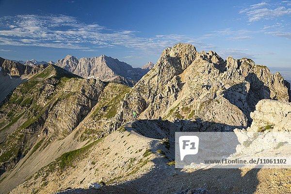 Grat über dem Soiernkessel  von der Schöttelkarspitze zur Soiernspitze  dahinter Karwendel  Bayern  Deutschland  Europa Grat über dem Soiernkessel, von der Schöttelkarspitze zur Soiernspitze, dahinter Karwendel, Bayern, Deutschland, Europa