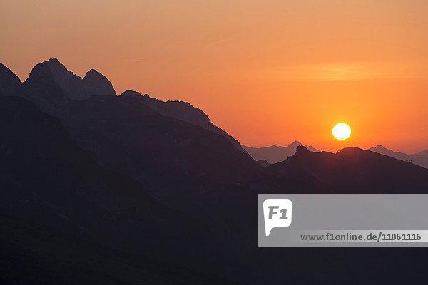 Sonnenuntergang am Zugspitzmassiv  Blick vom Schachen-Pavillon auf Hochblassen und Alpspitze  Wettersteingebirge  Bayern  Oberbayern  Deutschland  Europa Sonnenuntergang am Zugspitzmassiv, Blick vom Schachen-Pavillon auf Hochblassen und Alpspitze, Wettersteingebirge, Bayern, Oberbayern, Deutschland, Europa