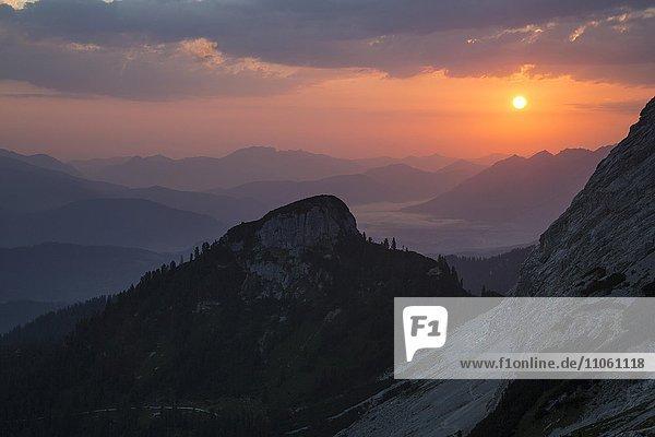 Sonnenaufgang über dem Schachentorkopf  Wettersteingebirge  Bayern  Oberbayern  Deutschland  Europa Sonnenaufgang über dem Schachentorkopf, Wettersteingebirge, Bayern, Oberbayern, Deutschland, Europa