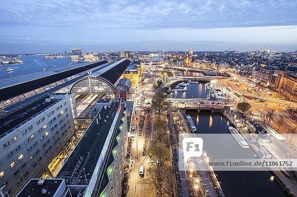 Ausblick auf IJ  Bahnhof Centraal und Altstadt  Amsterdam  Holland  Niederlande  Europa