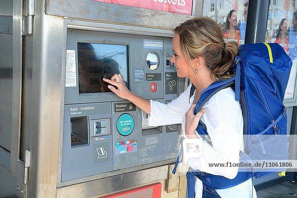 Junge Frau kauft Ticket am Bahnhof  Ystad  Skåne län  Schweden  Europa