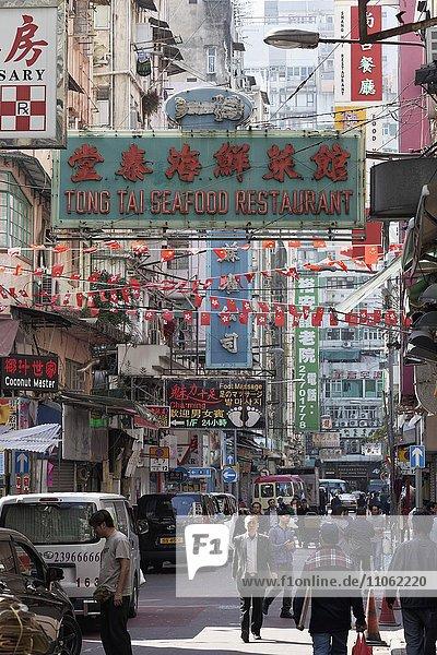 Geschäftsstraße mit Restaurants  Stadtviertel Yau Ma Tei  Kowloon  Hongkong  China  Asien