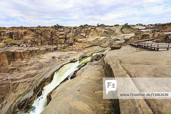 Besucherplattform bei Wasserfall Augrabiesfälle  Grenzfluss Oranje  Nordkap  Namibia  Südafrika  Afrika
