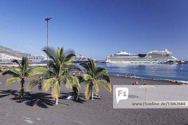 Kreuzfahrtschiffe und Stadtstrand  Santa Cruz de la Palma  La Palma  Kanarische Inseln  Spanien  Europa