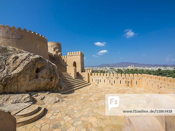 Fort Nakhl  oder Husn Al Heem  Festung  über Oase Nakhl auf Jebel Nakhl Massiv  historischer Lehmbau  Provinz Al-Batinah  Sultanat Oman  Golfstaat  Arabische Halbinsel  Naher Osten  Asien