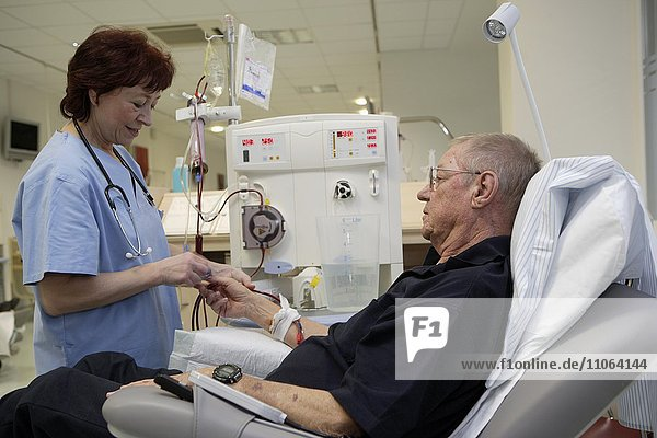 Patient und Krankenschwester bei der Blutwäsche  ambulante Dialyse im Dialyse Zentrum des Dominikus Krankenhauses Heerdt  Nordrhein-Westfalen  Deutschland  Europa