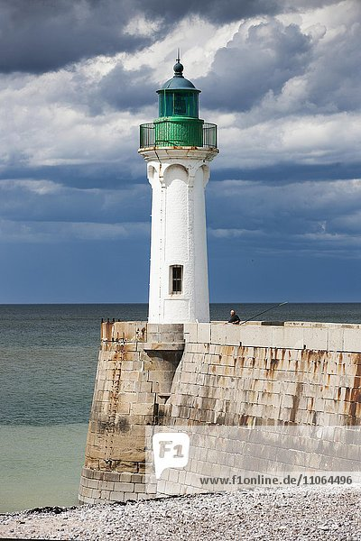 Leuchtturm an der Küste bei Saint-Valery-en-Caux  Département Seine-Maritime  Normandie  Frankreich  Europa