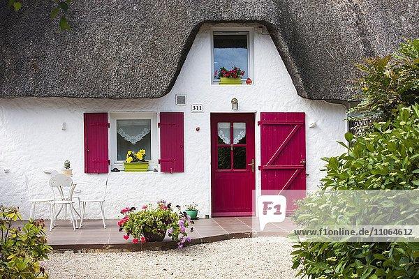 Strohgedecktes Reetdach Haus in Ile de Fedrun  Naturpark Brière oder Grande Brière  Pays de Loire  Frankreich  Europa