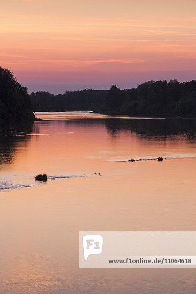 Sonnenuntergang über dem Fluss Loire  Briare-le-Canal  Departement Loire  Frankreich  Europa