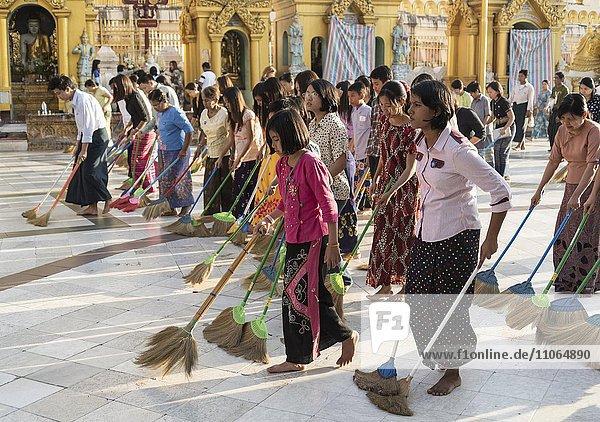 Burmesische Frauen fegen den Boden der Shwedagon-Pagode  Rangun  Yangon  Myanmar  Asien