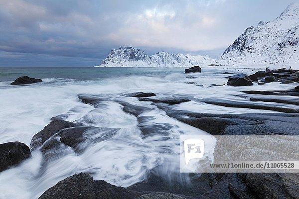 Strand von Utakleiv im Winter  Utakleiv  Lofoten  Norwegen  Europa