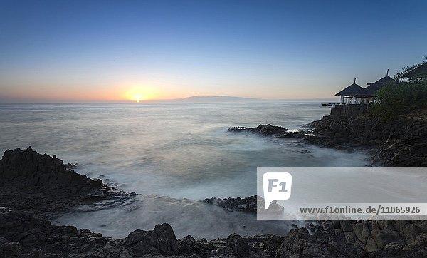 Sonnenuntergang  Brandung an Felsküste  Costa Adeje  Teneriffa  Kanarische Inseln  Spanien  Europa