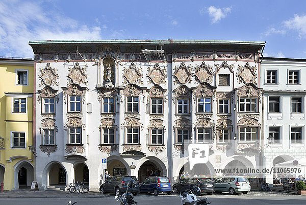 Kernhaus mit Rokoko-Fassade von 1740 mit Arkadengang  Marienplatz  Altstadt  Wasserburg am Inn  Oberbayern  Bayern  Deutschland  Europa