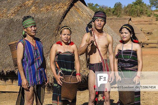Einheimische Phnong Leute in traditioneller Kleidung  Ethnische Minderheit  Pnong  Bunong  Senmonorom  Sen Monorom  Provinz Mondulkiri  Kambodscha  Asien
