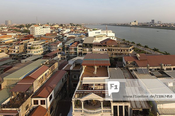 Ausblick vom Grand Waterfront Hotel am Riverside Stadt und Tonle Sap Fluss  Phnom Penh  Kambodscha  Asien