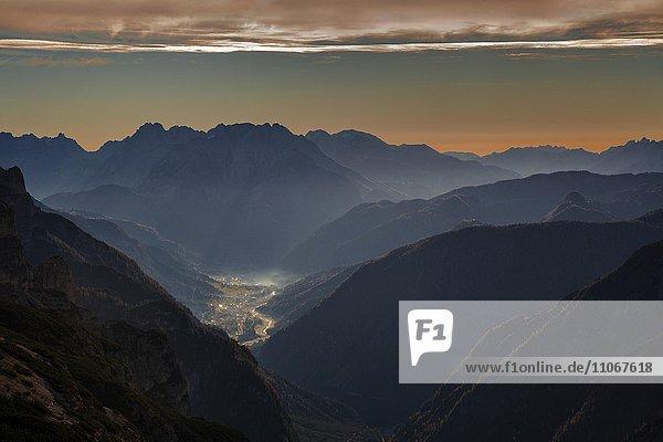 Tal des Flusses Ansiei mit Stadt Auronzo im Morgenlicht  hinten Dolomiten  gesehen von der Auronzohütte  Provinz Belluno  Südtirol  Italien  Europa