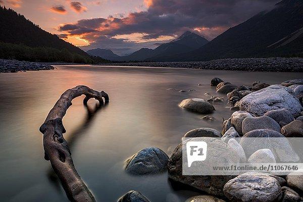 Ufer mit Steinen  Lech bei Blauer Stunde Weißenbach  Lechtal  Tirol  Österreich  Europa