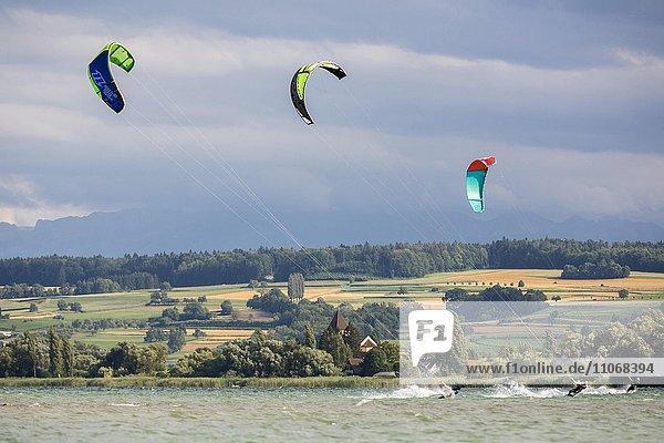 Kiter bei starkem Sturm auf dem Bodensee zwischen der Insel Reichenau und Allensbach  Bodensee  Deutschland  Europa