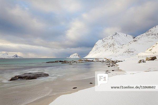 Bucht von Vikbukta im Winter  bei Vik  Lofoten  Norwegen  Lofoten  Norwegen  Europa