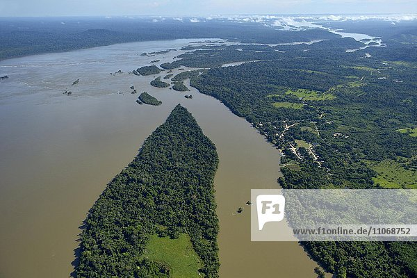 Aerial view  fishing village Pimental at Rio Tapajos in the Amazon rainforest  planned dam and flooding by hydroelectric power plant plant Sao Luiz do Tapajós  Itaituba  Pará state  Brazil  South America