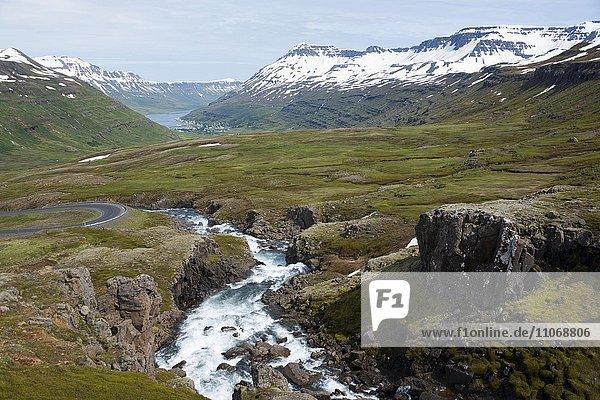 Fluss Fjardara  Landschaft zwischen Seydisfjördur und Egilsstadir  Austurland  Island  Europa