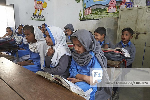 School class in a primary school  Mahey  Pakistan  Asia