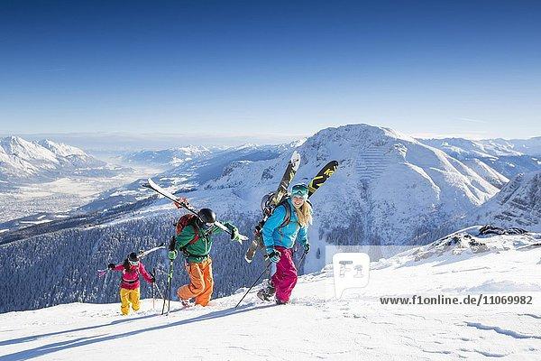 Skifahrer  Freerider beim Aufstieg mit Blick ins Inntal und Innsbruck  Axamer Lizum  Innsbruck  Tirol  Österreich  Europa