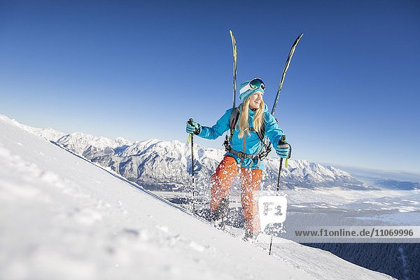 Skifahrerin  Freeriderin beim Aufstieg mit Skiern am Rucksack  Axamer Lizum  Innsbruck  Tirol  Österreich  Europa Skifahrerin, Freeriderin beim Aufstieg mit Skiern am Rucksack, Axamer Lizum, Innsbruck, Tirol, Österreich, Europa