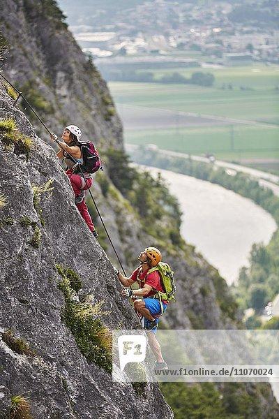Bergsteiger  Kletterer mit Helm beim Aufstieg am Klettersteig  Zirl  Innsbruck  Tirol  Österreich  Europa Bergsteiger, Kletterer mit Helm beim Aufstieg am Klettersteig, Zirl, Innsbruck, Tirol, Österreich, Europa