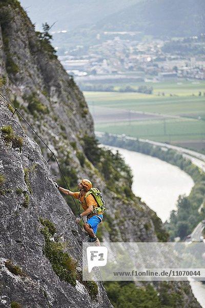Bergsteiger  Kletterer mit orangen Helm beim Aufstieg am Klettersteig  Zirl  Innsbruck  Tirol  Österreich  Europa Bergsteiger, Kletterer mit orangen Helm beim Aufstieg am Klettersteig, Zirl, Innsbruck, Tirol, Österreich, Europa
