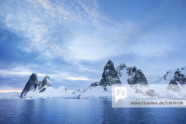 Morgenstimmung  Schneebedeckte Berge mit Eis und Gletscher  Antarktische Halbinsel  Antarktis  Antarktika