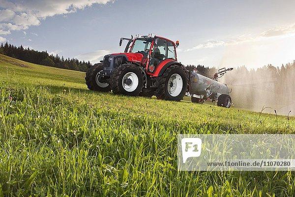 Traktor mit Güllefass düngt ein Feld  Breitenbach  Inntal  Tirol  Österreich  Europa Traktor mit Güllefass düngt ein Feld, Breitenbach, Inntal, Tirol, Österreich, Europa