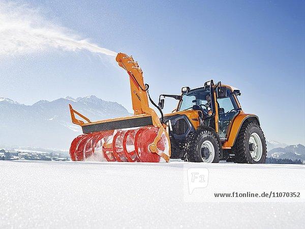 Schneeräumer  Traktor mit einer Schneefräse bei der Schneeräumung  Winterdienst  Kufstein  Inntal  Tirol  Österreich  Europa Schneeräumer, Traktor mit einer Schneefräse bei der Schneeräumung, Winterdienst, Kufstein, Inntal, Tirol, Österreich, Europa