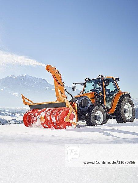 Traktor mit einer Schneefräse bei der Schneeräumung  Winterdienst Einsatz  Kundl  Inntal  Kufstein  Tirol  Österreich  Europa Traktor mit einer Schneefräse bei der Schneeräumung, Winterdienst Einsatz, Kundl, Inntal, Kufstein, Tirol, Österreich, Europa