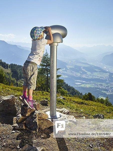 Kleines Mädchen steht auf Zehenspitzen und schaut durch ein Fernrohr  Zirbenweg  Patscherkofel  Innsbruck  Tirol  Österreich  Europa Kleines Mädchen steht auf Zehenspitzen und schaut durch ein Fernrohr, Zirbenweg, Patscherkofel, Innsbruck, Tirol, Österreich, Europa