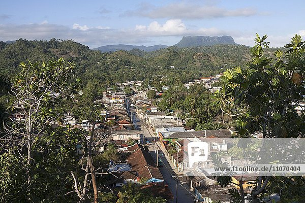 Ausblick auf die Häuser von Baracoa  hinten der Tafelberg El Yunque  Provinz Guantanamo  Kuba  Nordamerika